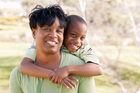 Gelukkig African American vrouw en kind plezier in het park.