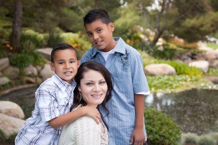 ni�os latinos: Feliz madre de hispanos e hijos en el parque. Foto de archivo