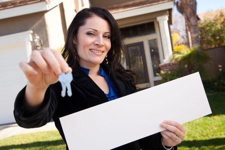 makler: Gl�cklich, attraktive spanischer-Frau Holding leere anmelden und Schl�ssel im vor der House. Lizenzfreie Bilder