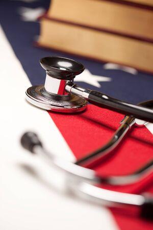 聴診器と選択的なフォーカスを持つアメリカの国旗の本。