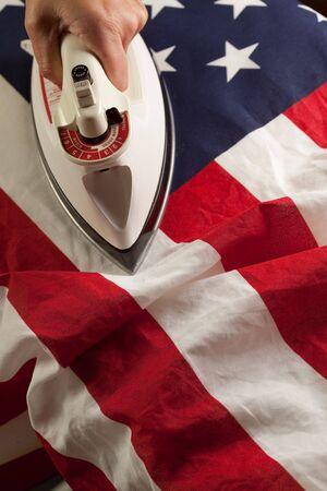 analog�a: Tabla de planchar fuera las arrugas en la bandera estadounidense - conceptual.  Foto de archivo