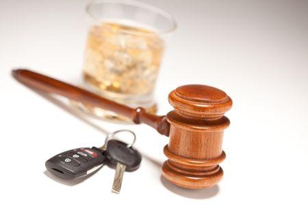 Marteau, alcoolisées boissons & car clés sur un arrière-plan graduée - concept de conduite et de débits de boissons.  Banque d'images