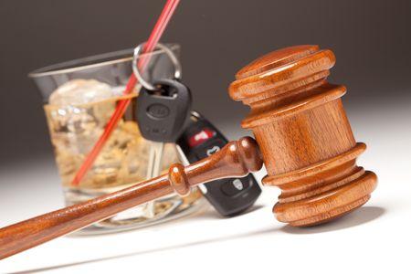 Hamer, alcoholische drank & auto sleutels op een gradated achtergrond - Drinking and Driving Concept.