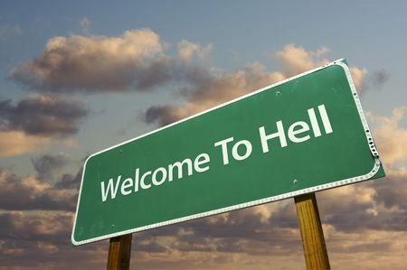 Zapraszamy do Hell zielony znak drogowy z dramatyczny chmury i przestrzeni powietrznej. Zdjęcie Seryjne