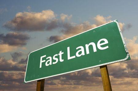 fast lane: Inicio de sesi�n sobre Fast Lane Green Road, nubes dram�tico y Sky.