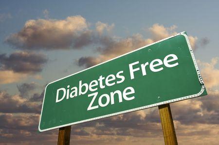 diabetes: Signo de Green Road de zona libre de diabetes en frente de nubes dram�ticas y Sky.