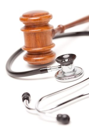 delito: Negro Stethoscope y Gavel aislada sobre un fondo blanco.