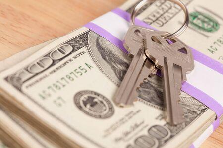 Chiavi di casa sullo Stack di denaro - cassa per il programma di chiavi. Archivio Fotografico