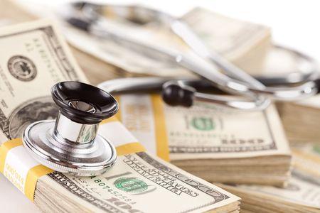 Stethoscoop stapels van honderd-dollarbiljetten met smalle scherptediepte opleggen. Stockfoto