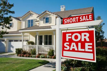 売却不動産の看板の右側の家 - 短い販売のホーム。 写真素材