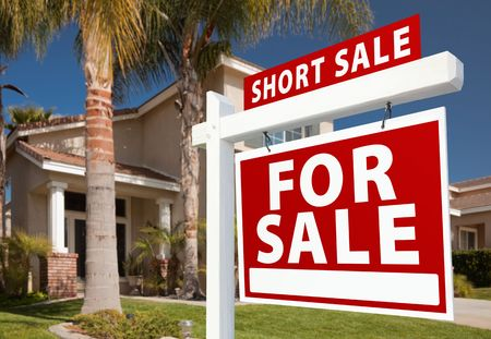 stoppage: Short Sale Home For Sale Real Estate Sign and House - Right Side. Stock Photo
