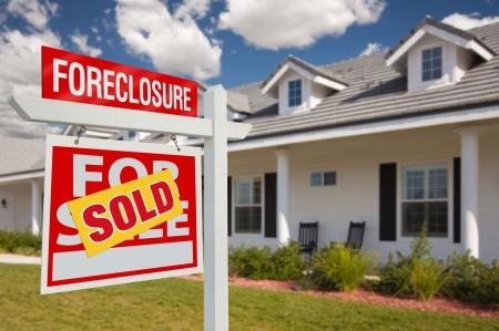 real estate sold: Vendi� Ribs Home para inicio de sesi�n de bienes ra�ces de venta en la parte frontal del New House - izquierda frente A.  Foto de archivo