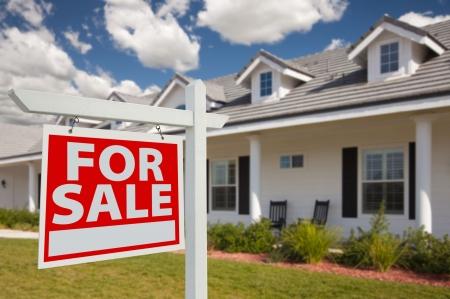 Huis voor verkoop vastgoed Sign in Front links van nieuwe Parlement - richting. Stockfoto