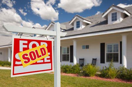 Verkocht Home For Sale Real Estate teken in Front van New House - links naast elkaar.