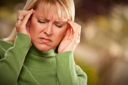 dolor de cabeza: Grimacing Woman Suffering dolorosa de un dolor de cabeza.