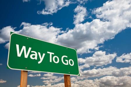 Weg zu gehen Grün Straßenschild mit dramatische Wolken und Sky - der Kudos Zeichen-Serie. Standard-Bild