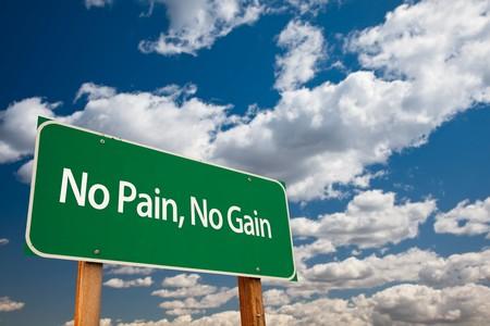 Keine Schmerzen, No Gain Green Road Sign mit Dramatic Wolken und Sky.