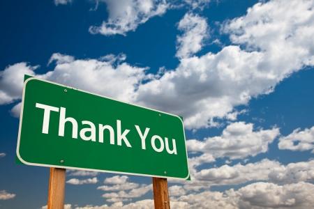 merci: Nous vous remercions signe de la route verte avec salle de copie sur les nuages dramatiques et le ciel.  Banque d'images