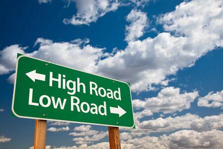 高速道路、劇的な雲と空の上コピー ルームと低道路グリーン道路標識。