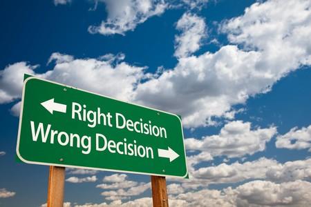Decisión, inicio de sesión de Wrong Road de verde de decisión con sala de copia sobre el dramáticas de las nubes y el cielo a la derecha.  Foto de archivo - 7029818