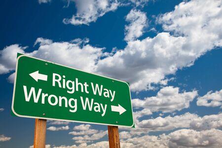 Richtige Weg, falsche Weise Green Road Sign mit Copy-Room Over The Dramatic Wolken und Sky.