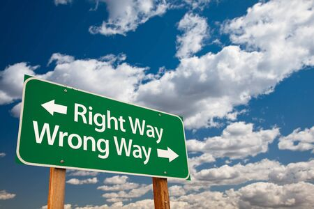 Right Way, Wrong Way Green Road Sign with Copy Room Over The Dramatic Clouds and Sky. Banco de Imagens