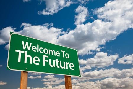bienvenidos: Damos la bienvenida para el inicio de sesi�n de Green Road de futuro con sala de copia sobre el dram�tico nubes y el cielo.