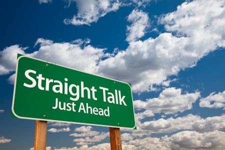 onestà: Talk dritto, appena avanti Green Road Sign con copia camera sopra le nuvole drammatiche e il cielo.