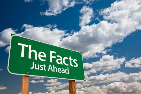 De feiten, alleen vooruit Green verkeersbord met kopieerruimte Over de dramatische wolken en de hemel.