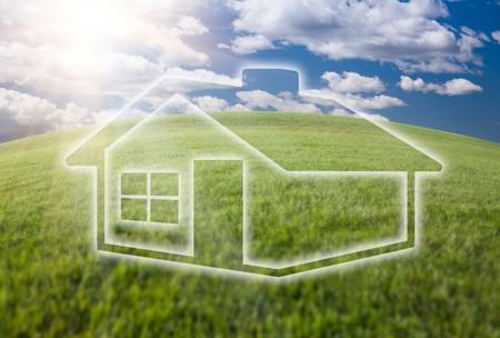 Icône de maison de rêve sur l'horizon arqué de terrain d'herbe vide et ciel bleu profond avec des nuages. Banque d'images