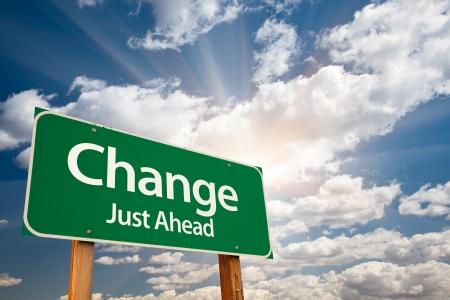change concept: Cambiar signo de Green Road Just Ahead con nubes dram�ticas, los rayos de sol y cielo.  Foto de archivo
