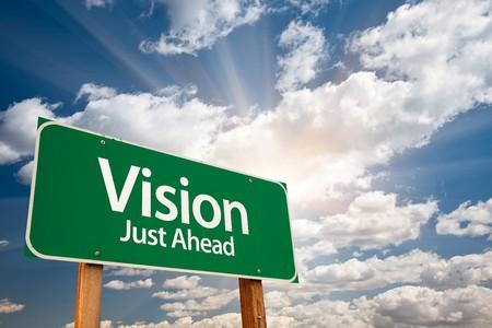 pr�voyance: Vision juste devancer le chemin vert signe avec nuages dramatiques, rayons de Sun et Sky.  Banque d'images