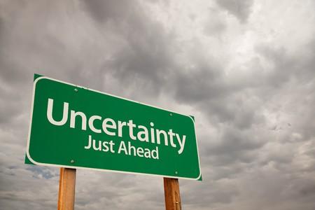 uncertain: Incertidumbre Just Ahead de Green Road de signo, con nubes de tormenta dram�tico y Sky.