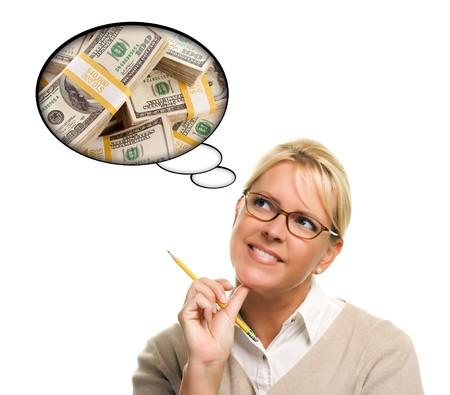 so�ando: Mujer con burbujas de pensamiento de una pila de dinero aislada sobre un fondo blanco.