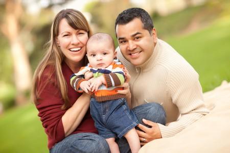 Gelukkig gemengde ras familie poseren voor een portret in het Park. Stockfoto