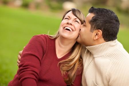 mixed race couple: Retrato de pareja raza mixta atractivo en el parque.  Foto de archivo