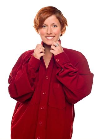 corduroy: Ragazza di pelo rossa piuttosto che indossa una maglietta Corduroy rosso caldo isolato su uno sfondo bianco.