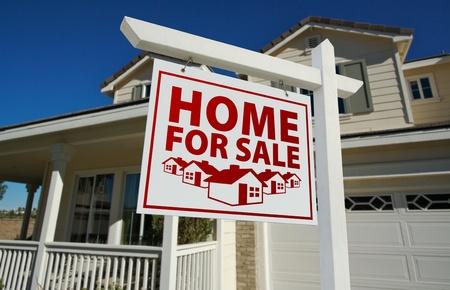 home for sale: Casa rosso segno di immobili in vendita e casa contro un cielo blu. Archivio Fotografico
