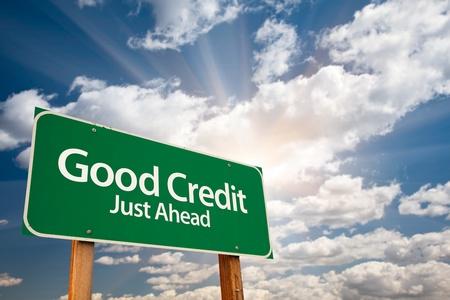 schuld: Goede Credit Green verkeersbord met dramatische wolken, zonnestralen en Sky.