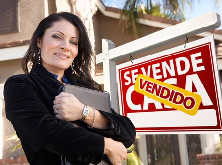 casa: Proud, Attractive Hispanic Female Agent In Front of Spanish Vendido Se Vende Casa Real Estate Sign and House.