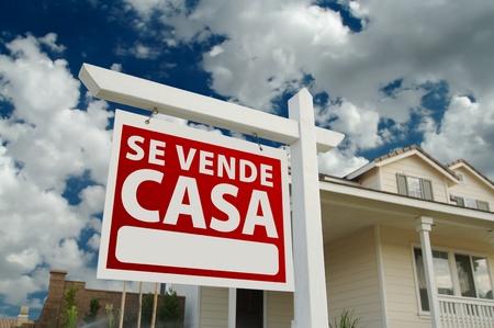 vendiendo: Se Vende Casa inmobiliario espa�ol signo y la casa y el cielo azul con nubes.