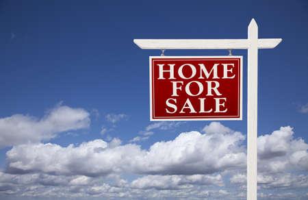 home for sale: Casa rossa per vendita immobiliare segno pi� belle nuvole e cielo blu.