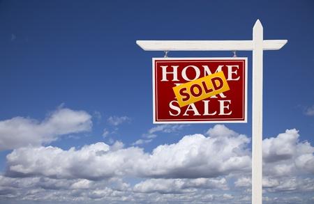 home for sale: Rosso venduto casa per vendita immobiliare Sign oltre belle nuvole e il cielo blu. Archivio Fotografico