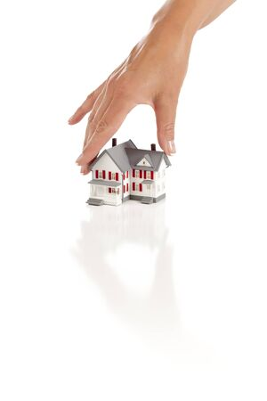 De Hand die van de vrouw een Huis op een Witte Achtergrond kiest.