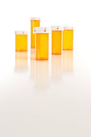 いくつかの異なるサイズの反射面の空の薬瓶。