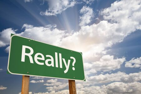 questionnement: Vraiment? Green Road Sign cours Ciel mena�ant, Nuages ??et Sunburst.