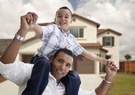 niños latinos: Juguetona hispanos padre e hijo en frente de casa hermosa.