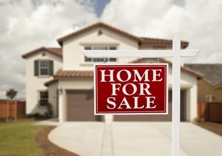 home for sale: Home For Sign Vendita Immobiliare in Front of House New. Archivio Fotografico