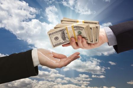 dollaro: Consegna del contante, con nubi e drammatico sfondo del cielo.
