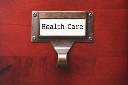 Lustrous Houten Kast met Health Care File Label in dramatisch licht.
